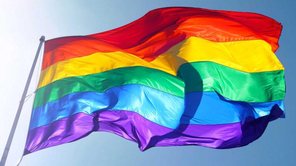 Pedro Miras - bandera LGTBI